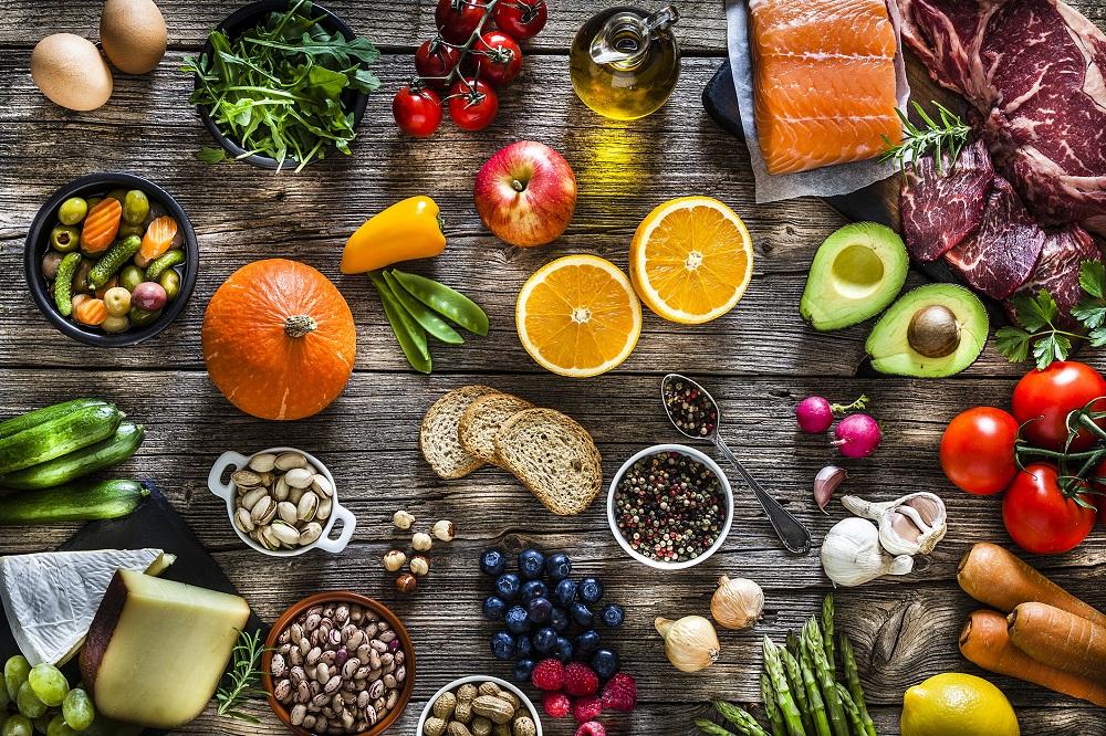 stół ze zdrową żywnością